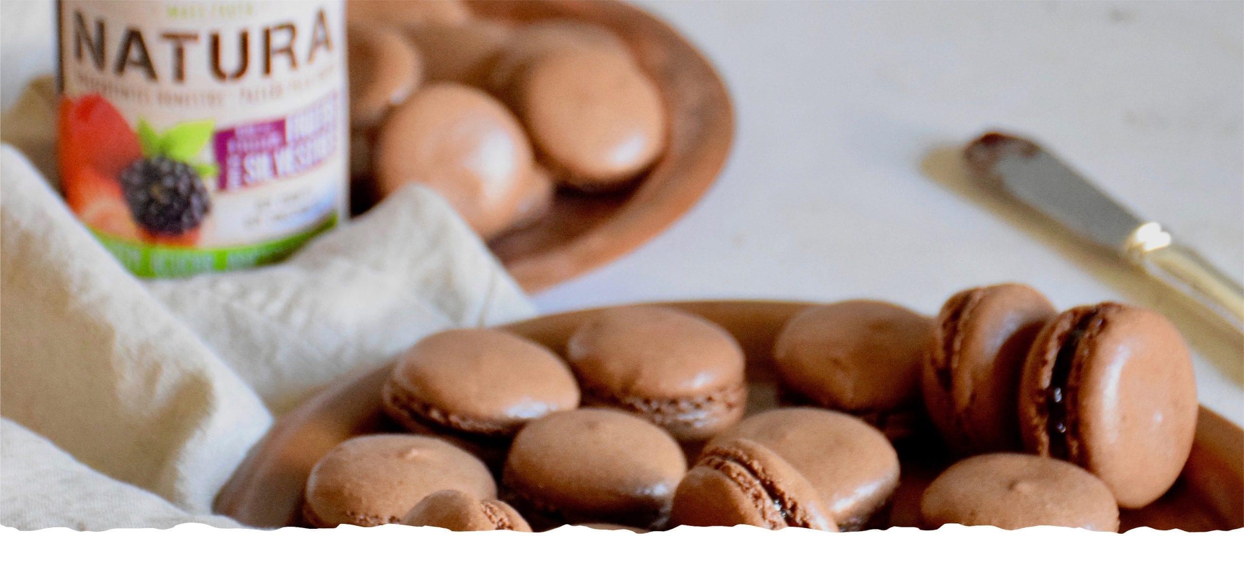 Macarons de Chocolate com Doce de Frutos Silvestres